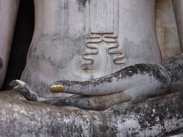 estuque representando uma imagem de buddha abriu mão - sukhothai - fotografias e filmes do acervo