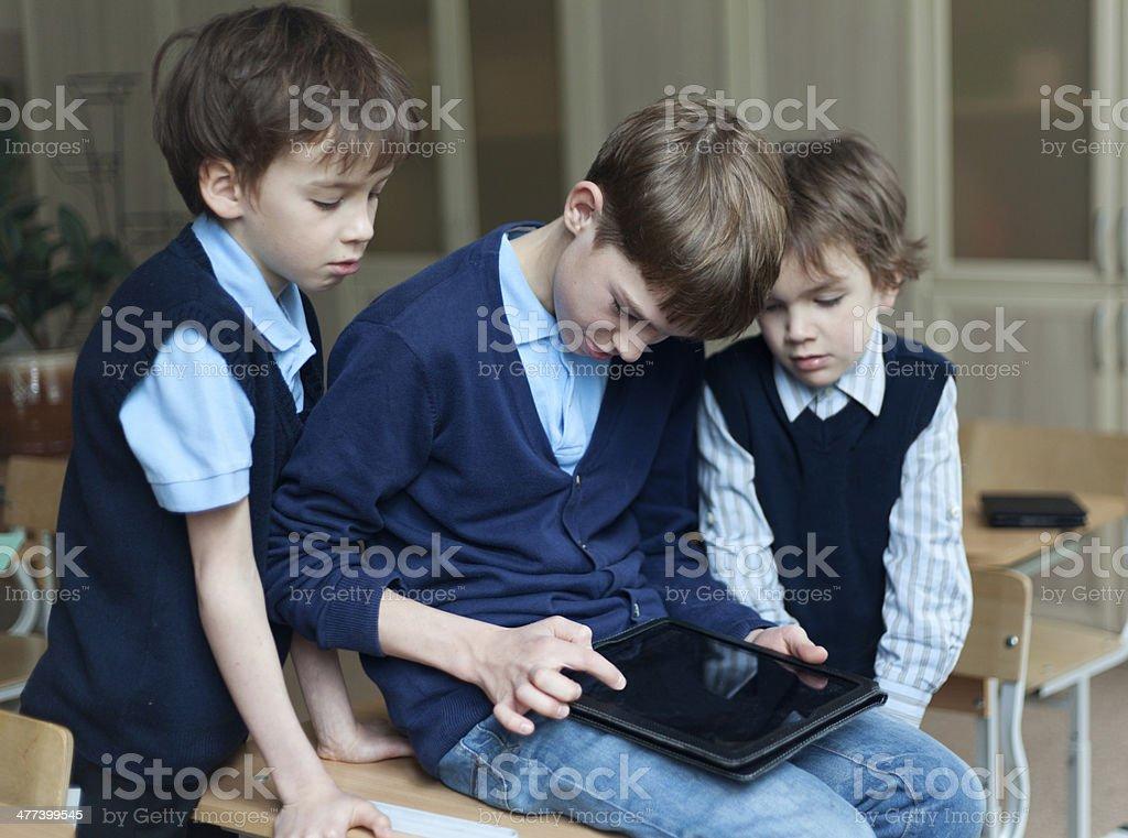 Estudiantes y el comprimido en montaje tipo aula - Foto de stock de Adolescencia libre de derechos