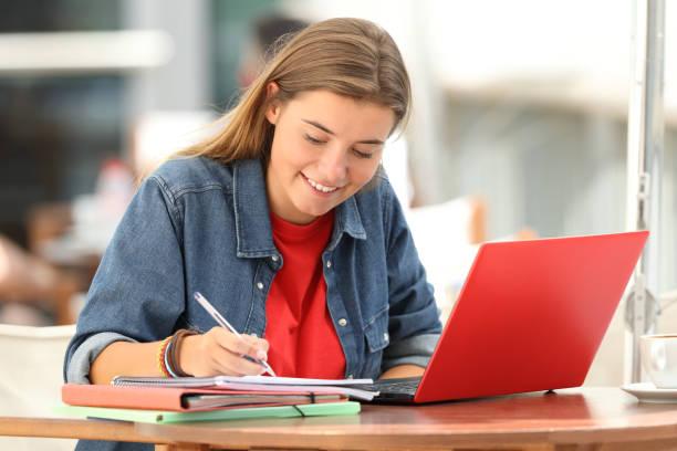 estudiante e-learning tomar notas en un bar - clase de escritura fotografías e imágenes de stock