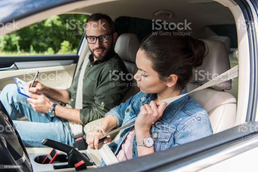 Student Befestigung Sicherheitsgurt im Auto während der Fahrt test – Foto