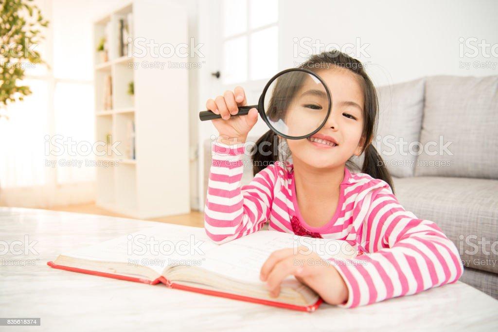 Aluna de leitura com lupa - foto de acervo
