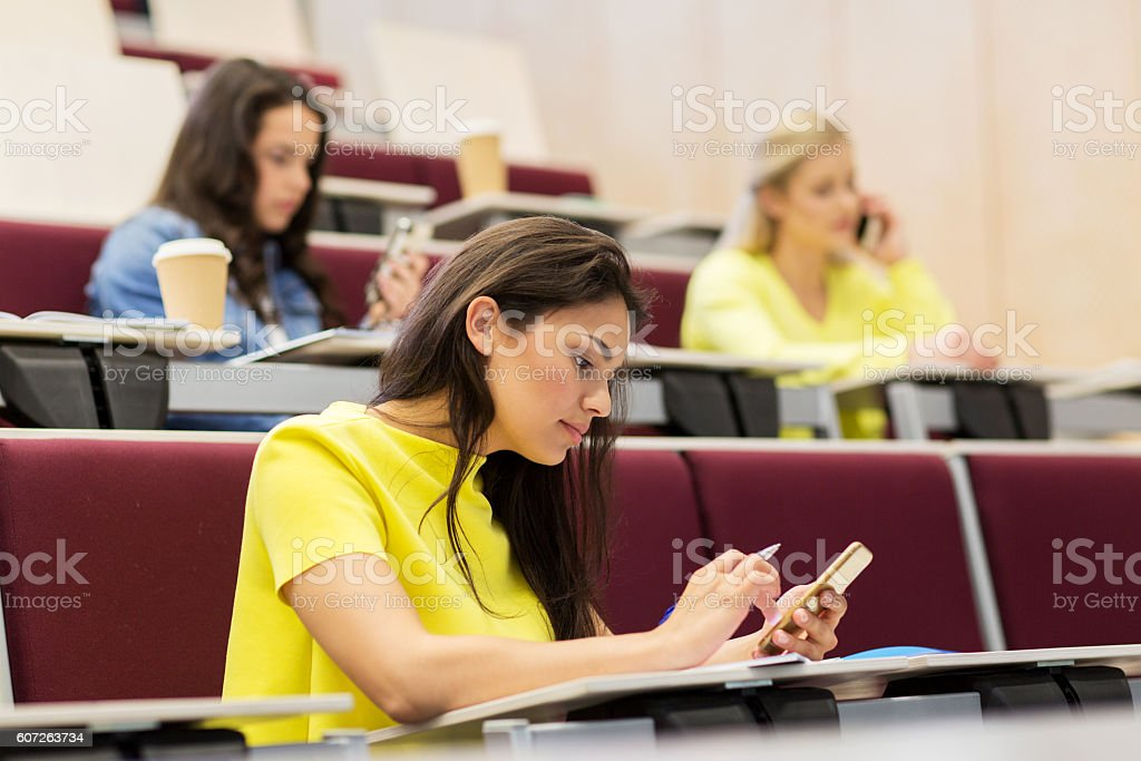 student girls with smartphones on lecture – Foto