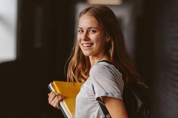 estudiante va para la conferencia - estudiante fotografías e imágenes de stock