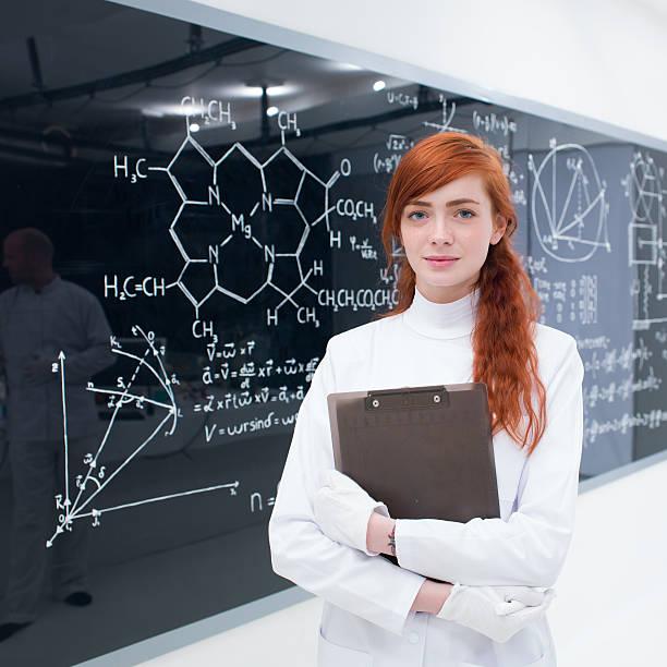 Estudante em laboratório - foto de acervo