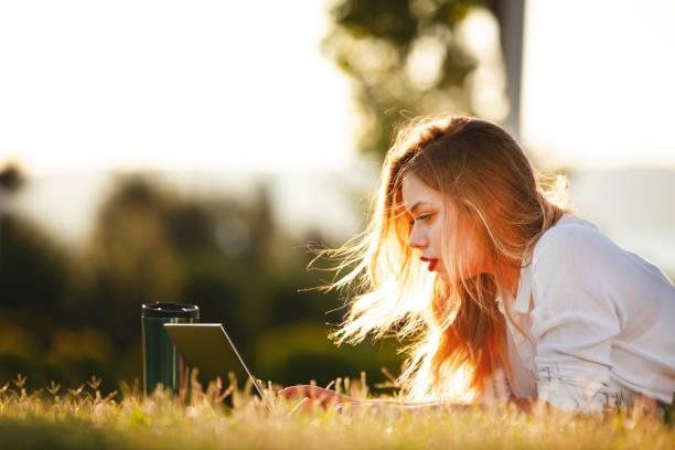 Studentenlernen mit Laptop auf einem Universitätscampus – Foto