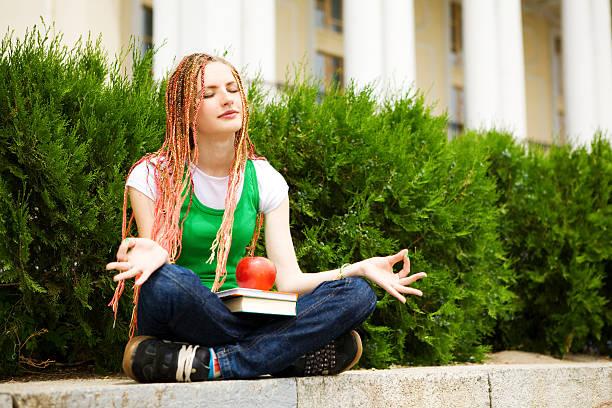 student Meditieren im Freien – Foto