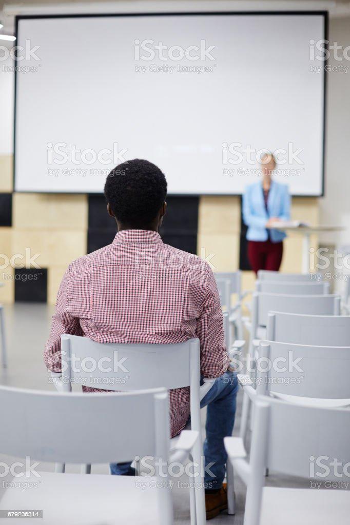 Étudiant sur chaise photo libre de droits