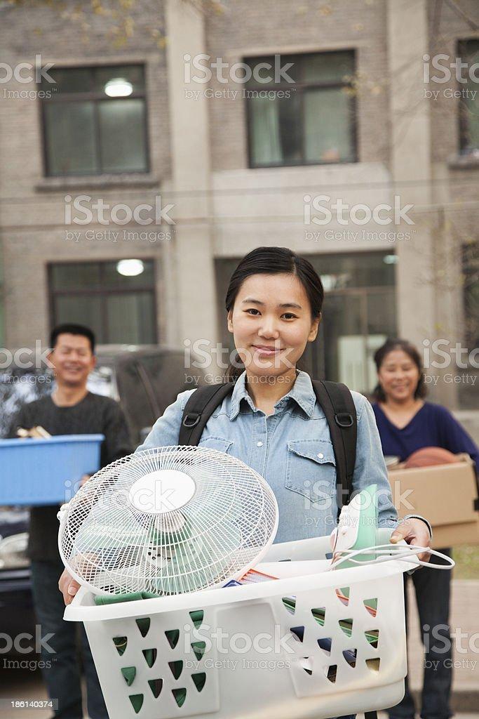 Retrato do aluno em frente do dormitório na college com a família - foto de acervo