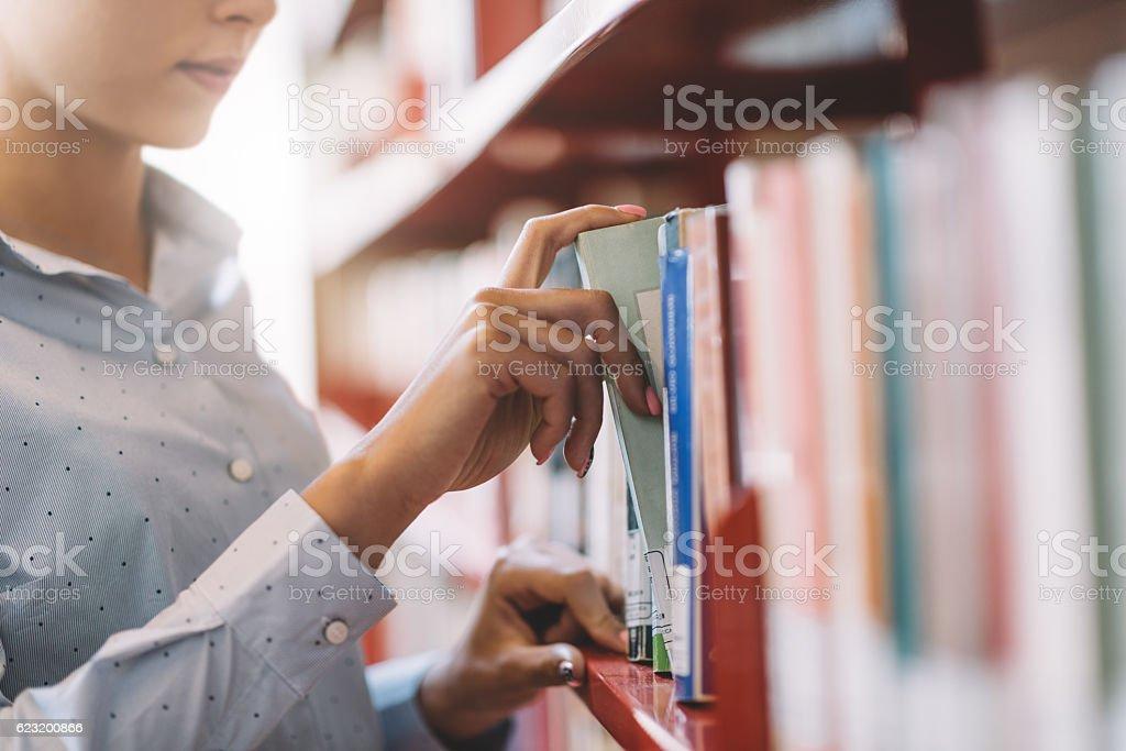 Student searching books photo libre de droits
