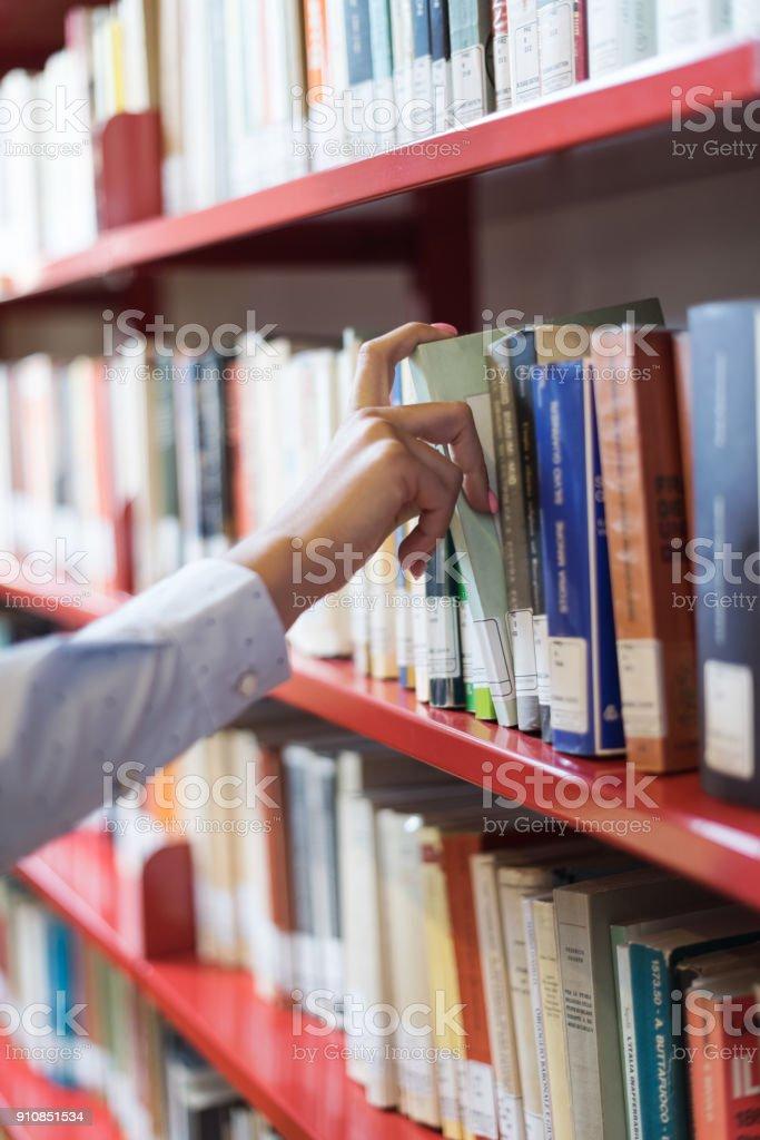 Estudante à procura de livros - foto de acervo