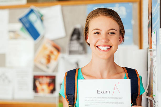 estudante mostrando o exame resultado com um grau na college - happy test results - fotografias e filmes do acervo
