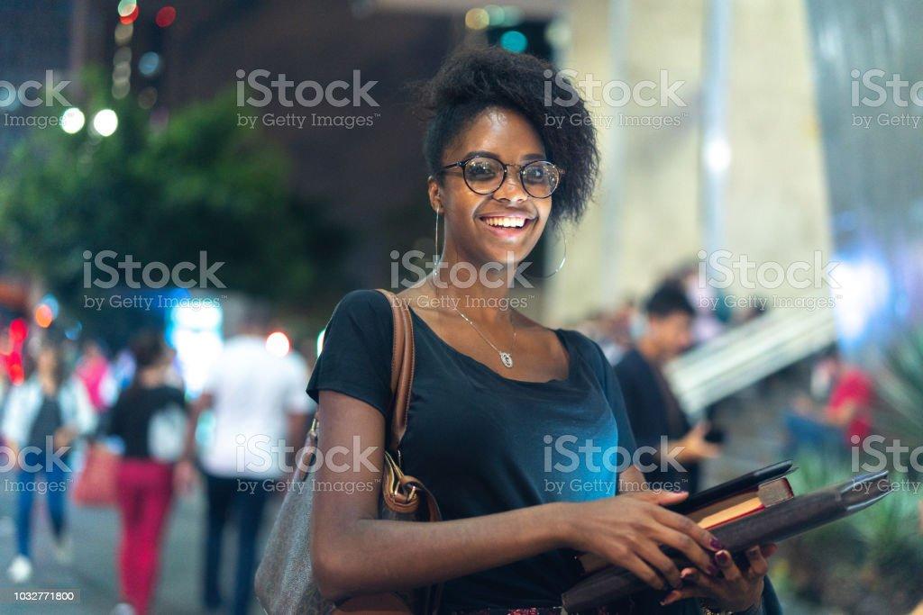 Estudiante de Universidad en movimiento en la noche - foto de stock