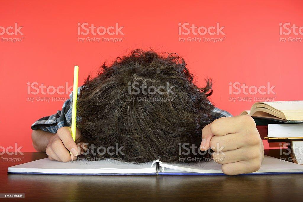 Student mit Kopf auf Notebook – Foto