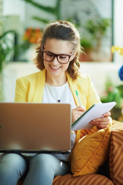 Studentin bei modernem Zuhause in sonnigen Tag lernen online – Foto