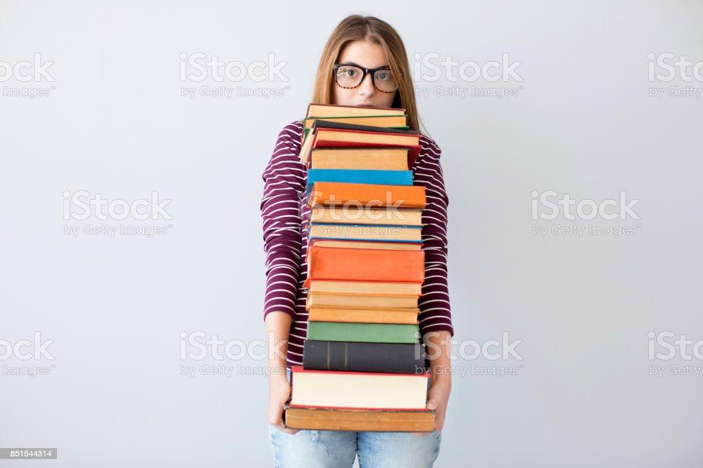 Student-Frau hält Haufen Bücher – Foto