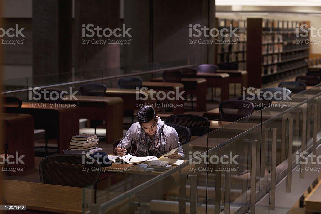 Estudiantes trabajan en la biblioteca en la noche - foto de stock
