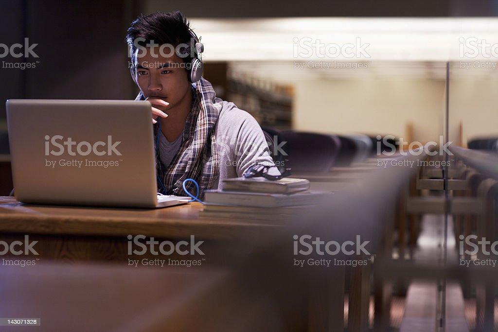 Estudiantes trabajando en el ordenador portátil en la biblioteca - foto de stock