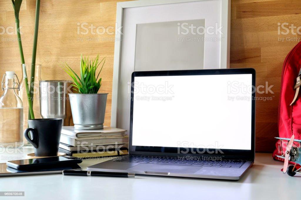 Student werkruimte laptop, boeken en mockup poster. - Royalty-free Bedrijfsleven Stockfoto