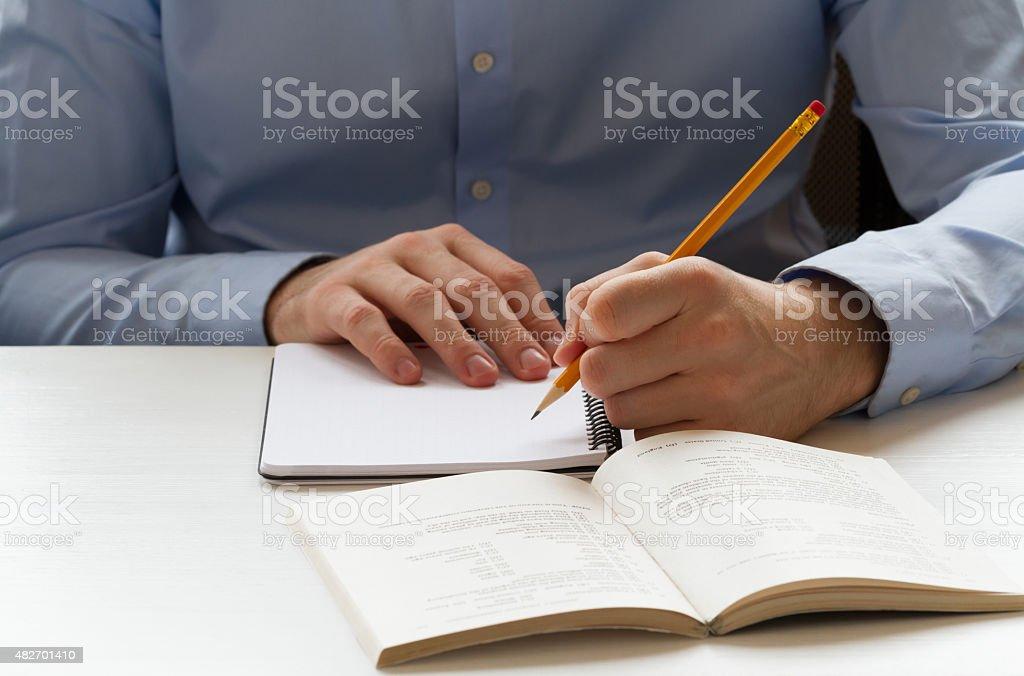 Schüler schreiben in notebook und für die Vorbereitung auf die Prüfungen – Foto