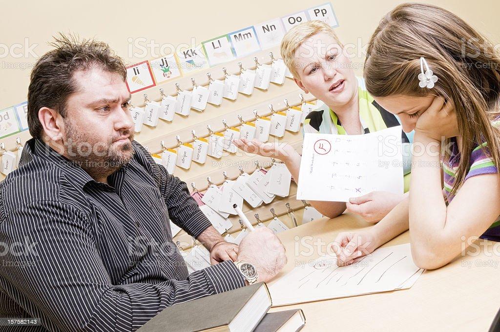 Schüler und Lehrer, die Armen Noten Konzept – Foto