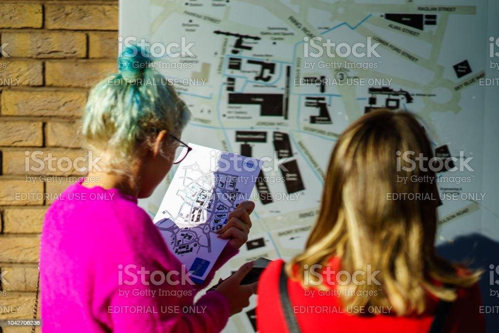 Los estudiantes están descubriendo la Uni Coventry comprobando el mapa - foto de stock