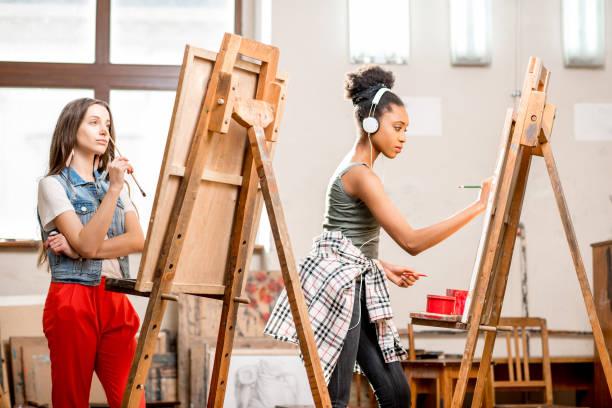students drawing at the university - zeichnen lernen mit bleistift stock-fotos und bilder