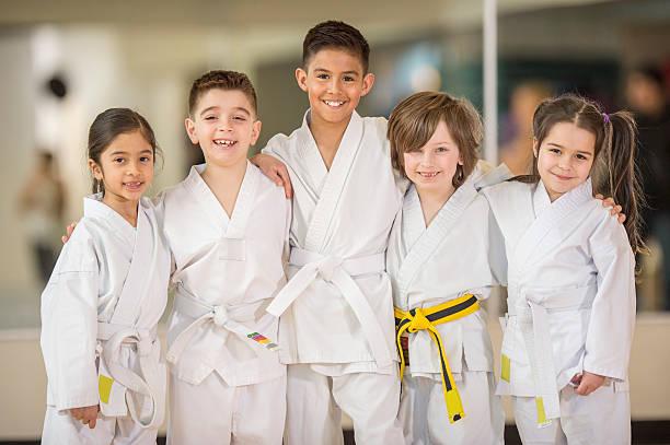 studenten von karate-klasse - asiatischer kampfsport stock-fotos und bilder