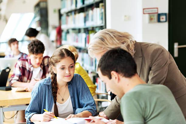 studenten bei einem vortrag zimmer - studieren in deutschland stock-fotos und bilder