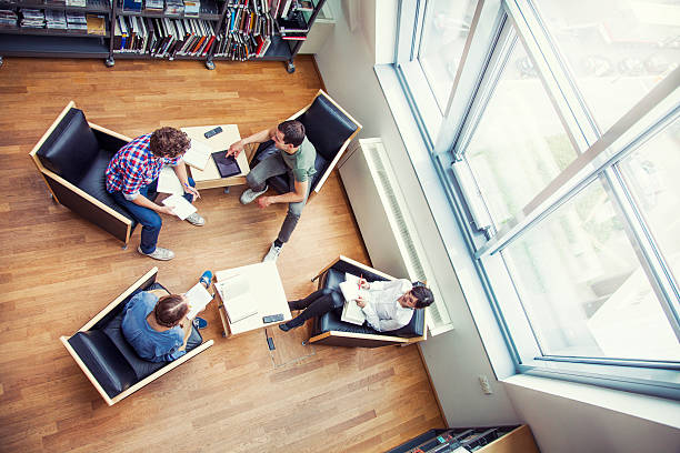 studenten in einer bibliothek - deutsche bibliothek stock-fotos und bilder