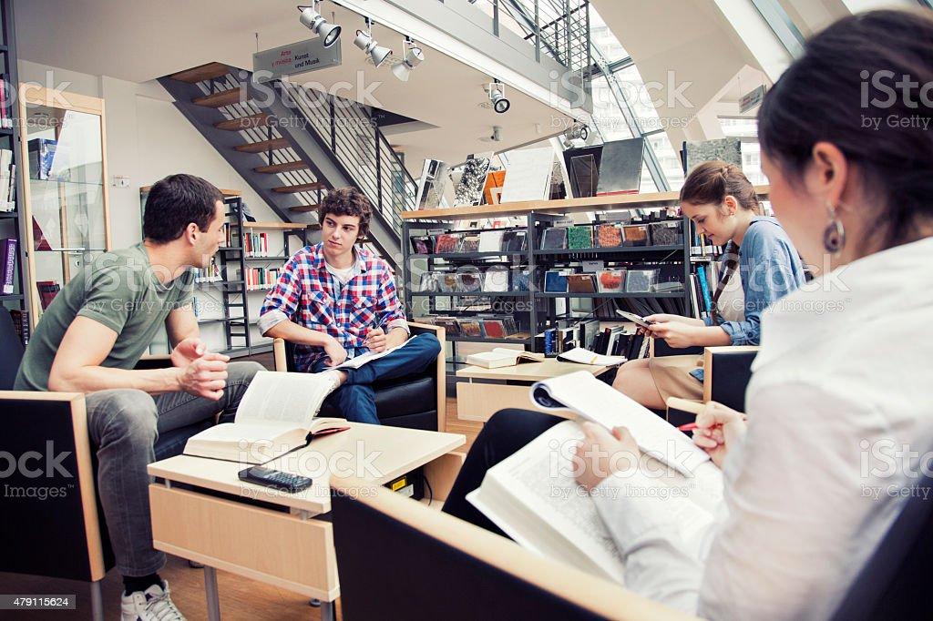 Studenten in einer Bibliothek – Foto