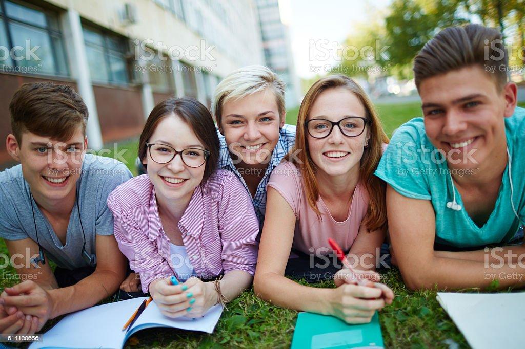 Studenten auf dem campus - Lizenzfrei Akademisches Lernen Stock-Foto