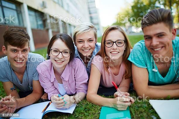 Studenten Auf Dem Campus Stockfoto und mehr Bilder von Akademisches Lernen