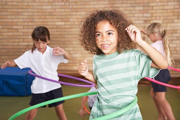 schüler in der schule - hula hoop workout stock-fotos und bilder
