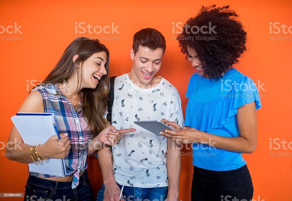 Students looking at tablet - foto de acervo