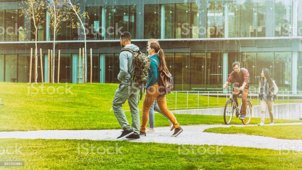 Studenten Umzug durch Campus park – Foto