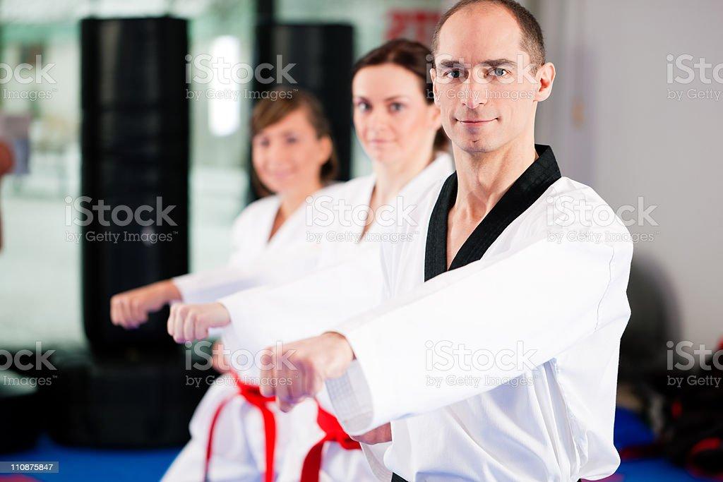 Kampfsport und sport-training im Fitnessraum – Foto