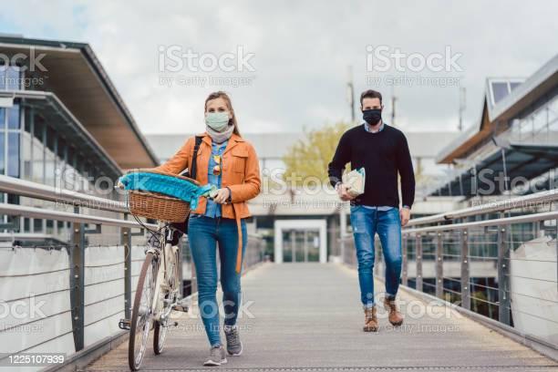 Students on university campus wearing masks during coronavirus crisis picture id1225107939?b=1&k=6&m=1225107939&s=612x612&h=dlg8r6ctu  hjus0rudhfkp4nvpi1sz0x4ygfm202qw=