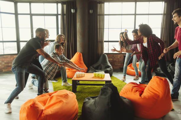 studentenpartij met bier pong spel - beirut stockfoto's en -beelden