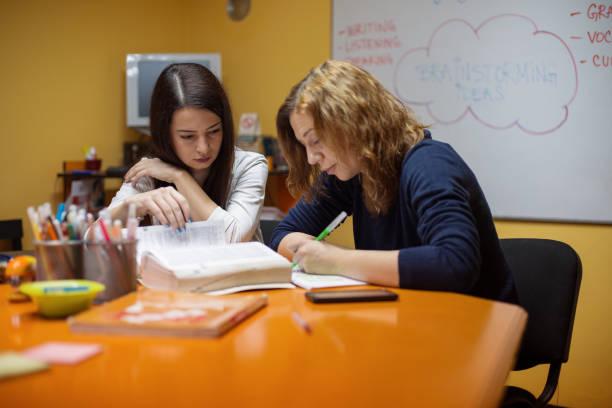 studenten, die die vorbereitung der prüfung mit tutor - lautsprecher test stock-fotos und bilder