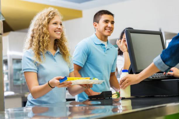 studenten, die warmes mittagessen von high-school-cafeteria - teller kaufen stock-fotos und bilder