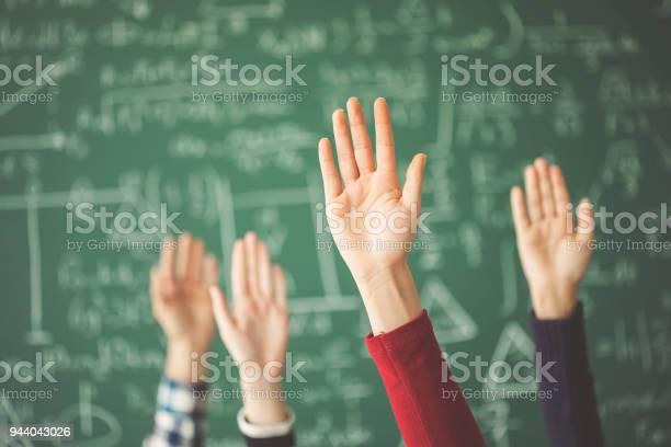 Uczniowie Podnieśli Ręce Zieloną Tablicą Kredową W Klasie - zdjęcia stockowe i więcej obrazów Część