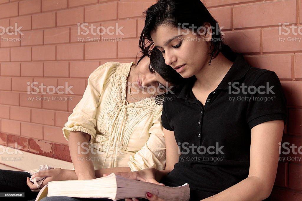 학생 책을 읽는 대학 캠퍼스 royalty-free 스톡 사진