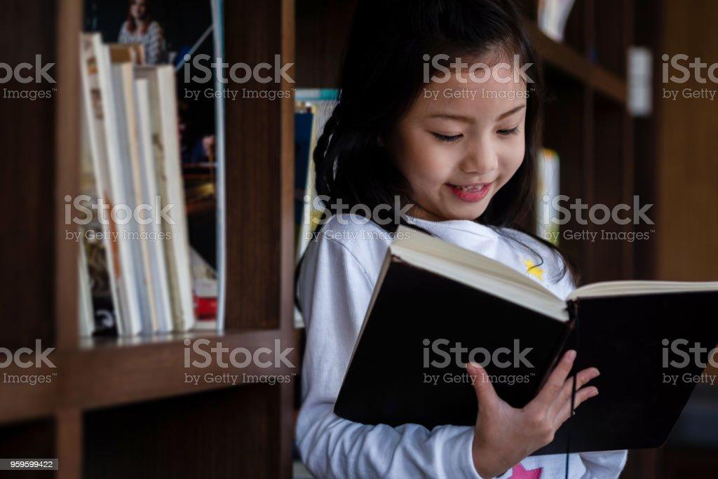 Studenten lesen in der Bibliothek-Ecke der Schule, Kinder-Konzept, Bildungskonzept – Foto