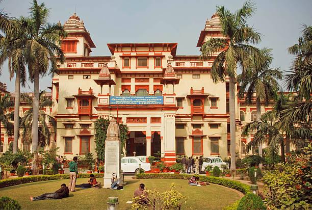 studenti di relax vicino bannares indù university - induismo foto e immagini stock