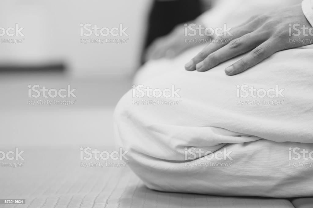 ジムで着物を着て座っている学生 ストックフォト