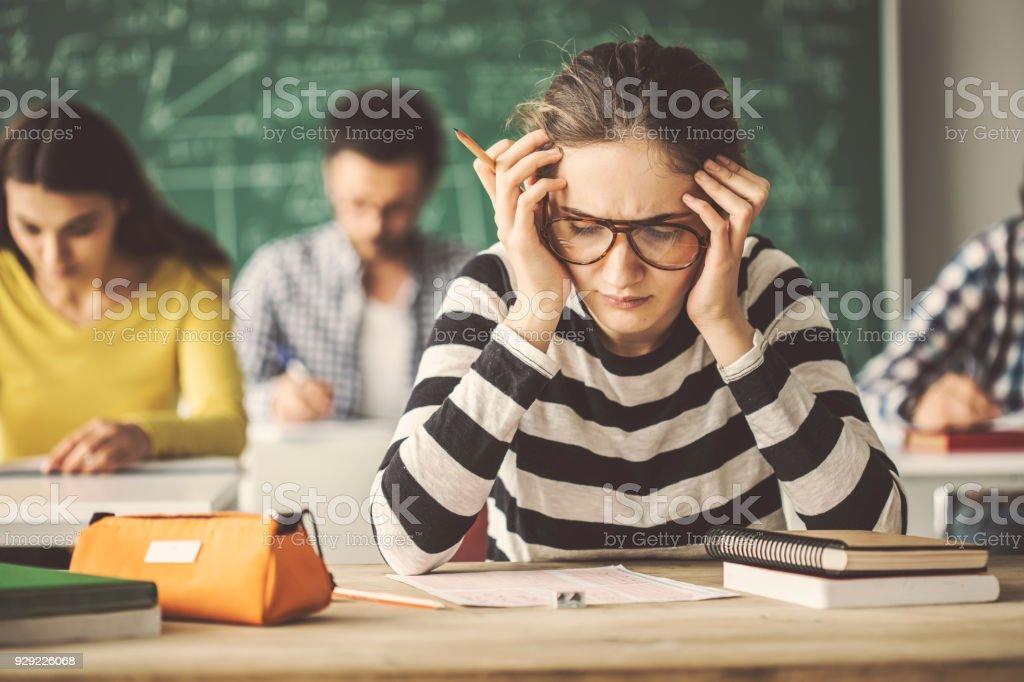 Studenten lösen Problem Quiz im Klassenzimmer hinter Tafel – Foto