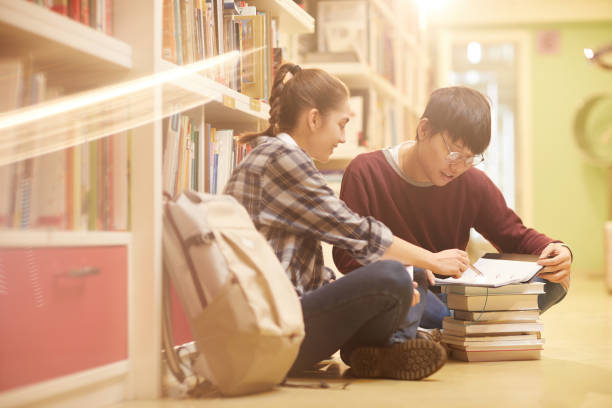 students studying in the library - two students together asian foto e immagini stock