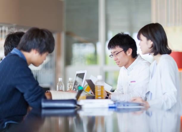 勉強する学生 - 大学生 パソコン 日本 ストックフォトと画像