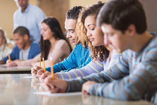studenti si esame - esame maturità foto e immagini stock