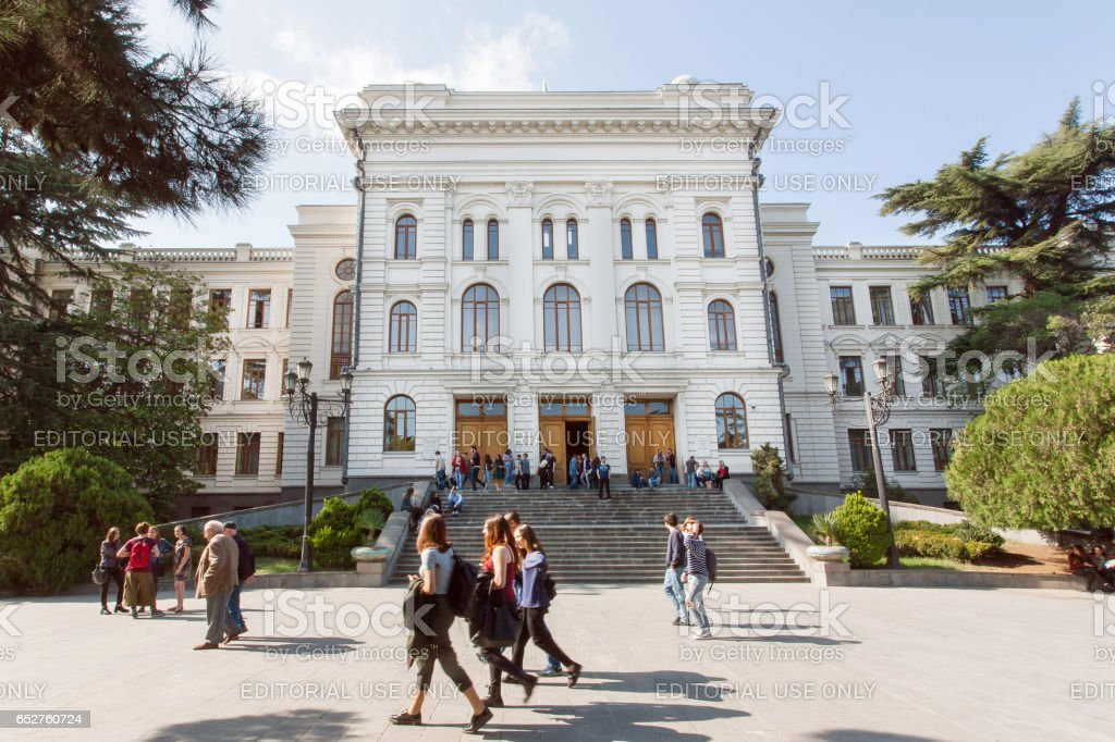 Students walking past main building of the Tbilisi State University, established 1918 - foto stock